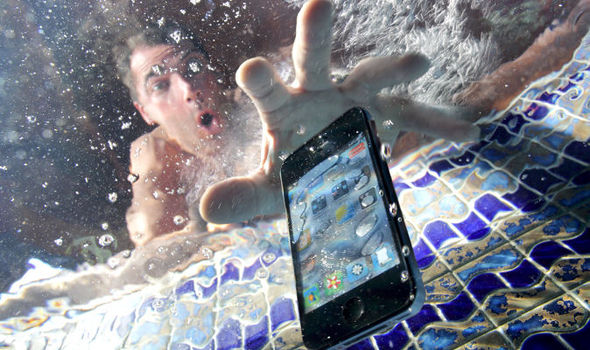 How to Save Your Phone Wet Smartphone Save How to dry out a smartphone without damaging it Water Logged Handset Smartphone Turne 687656 - نجات گوشی آب خورده با 10 قدم اورژانسی!